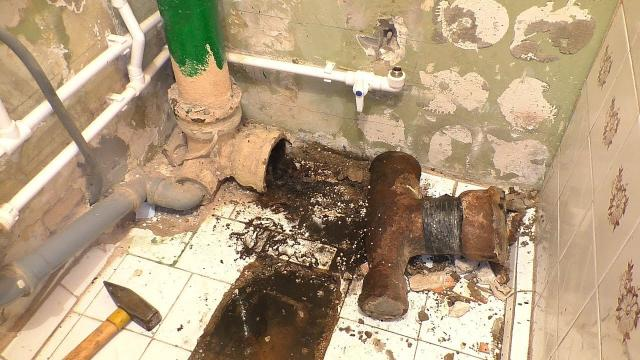 ПРОСТОЙ СПОСОБ демонтажа чугунного тройника. Как засоряются канализационные трубы - LALAMASTER.RU