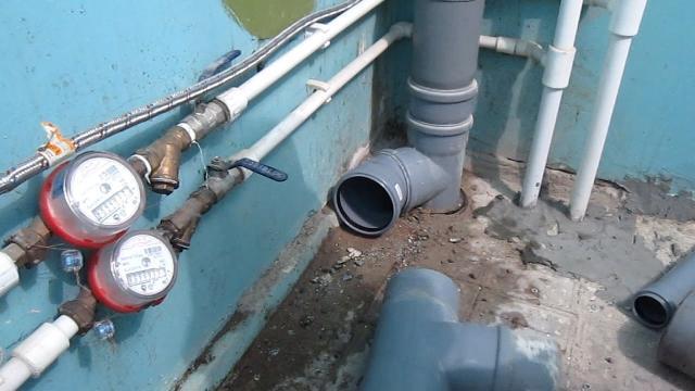 Как НЕ надо делать монтаж труб и установку сантехники при ремонте в ванной! Исправление ошибок - LALAMASTER.RU