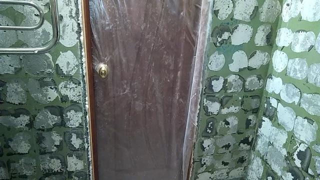 Как без шума и пыли, но с ужасной вонью, снять старую краску со стен в ванной перед укладкой плитки - LALAMASTER.RU